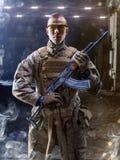 Den modiga specialförbandsoldaten poserar på kamera Royaltyfri Bild
