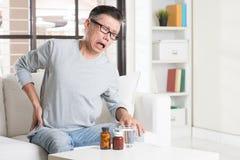 Den mogna asiatiska manhöften smärtar arkivfoton
