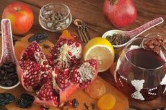 Den mogna granatäpplet bär frukt på bakgrunden av ett gammalt bräde arkivfoto