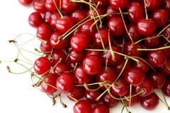 Den mogna körsbäret bär frukt på vit bakgrund Arkivfoton