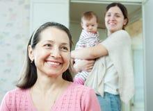 Den mogna kvinnan mot barnmoder med behandla som ett barn Arkivfoton