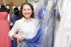 Den mogna kvinnan på shoppar av trendig kläder Royaltyfri Bild