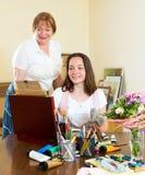 Den mogna läraren ger rådgivningeleven Royaltyfri Foto