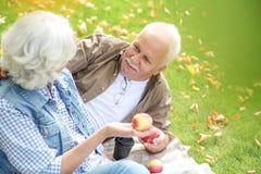 Den mogna maken och frun äter frukter arkivbilder