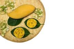 Den mogna mango och mango steg i bambumagasin Fotografering för Bildbyråer