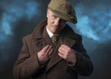 Den mogna mannen klädde som en engelsk 20-talgangster Arkivfoto