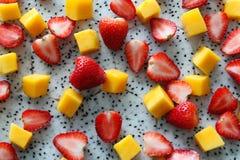 Den mogna och nya mango, drakefrukt och jordgubbar stänger sig upp Arkivfoto