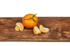 Den mogna orange mandarinen och flera skalade slut-UPS Arkivfoton