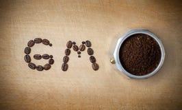 Den Mokka krukakaffebryggaren och en önska med en bra morgon av kaffebönor på ett träkök stiger ombord Royaltyfria Bilder