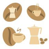 Den Mokka krukan, kaffe kuper och bönor Arkivfoto