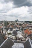 Den molniga himlen ovanför taken av Amsterdam Arkivfoto
