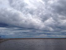 Den molniga och blåsiga dagen på kusten Arkivbilder