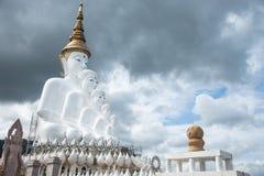 Den molniga och vita statyn för fem buddhas på Phra Thad Pha Son Ka royaltyfria foton