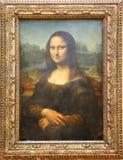 Den Mona Lisa målningen av Leonardo Da Vinci på Louvre fotografering för bildbyråer