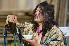 Den mongoliska medicinmannen utför en ritual i Ulan Bator, Mongoliet arkivfoto