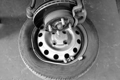 Den monokromma bilden av bildelar belägger med metall diskettbromsar Arkivfoto