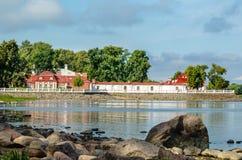 Den Monplaisir slotten på den steniga kusten av golfen av Finland Royaltyfri Foto