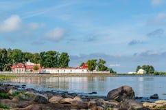 Den Monplaisir slotten på den steniga kusten av golfen av Finland Arkivfoton