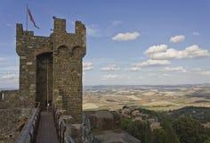 Den Montalcino slotten, står högt den arkitektoniska detaljen Arkivfoto