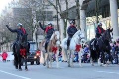 Den monterade polisen i jul ståtar Royaltyfri Fotografi