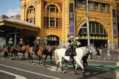 Den monterade viktorianska polisen förgrena sig konstaplar som ger säkerhet under Australien som dagen ståtar i Melbourne Royaltyfria Foton