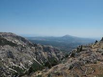 Den monteringsParnitha nationalparken - den Chounis klyftan - sikten av nordlig Aten, Grekland - montera Parnes royaltyfri fotografi