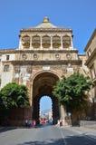 Den monumentala stadsporten, Porta Nuova i Palermo arkivbild