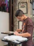 Den moroccan gravören inristar gravskriften på marmorn Royaltyfri Foto