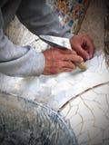 Den mosaiska arbetaren lägger tegelplattor arkivfoto