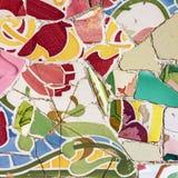 Den mosaiska tegelplattan, garnering, brutet exponeringsglas, parkerar Guell, Barcelona, Sp arkivfoto