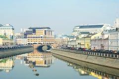 Den Moscow floden fjädrar in. Royaltyfri Fotografi