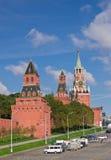 Den Moscow Kremlin väggen och står hög Arkivfoton