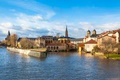 Den Moselle floden flödar till och med den forntida townen av Metz, Frankrike Arkivbilder