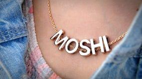 Den Moshi halsbandet med jeans klår upp och gör ren halsen arkivbild