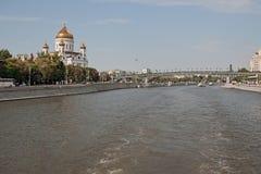 Den Moskva floden, domkyrkan av Kristus frälsaren och broar till och med floden i mitten av huvudstaden av Ryssland Fotografering för Bildbyråer