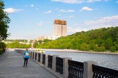 Den MoskvaLuzhnetskaya invallningen och parkerar längs Moskvafloden, den ryska akademin av vetenskaper i avståndet i Moskva, Ryss royaltyfri fotografi