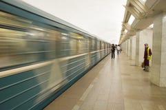Den Moskvatunnelbanastationen och gäst-arbetaren hyrde för att göra ren gångtunnelen Royaltyfria Bilder