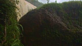 Den mossiga elefantvattenfallöverkanten vaggar bakifrån mot himmel stock video
