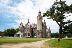 Den Moszna slotten är en historisk slott Arkivbild
