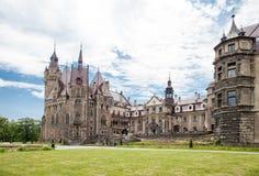 Den Moszna slotten är en historisk slott som lokaliseras i en liten villag Royaltyfri Foto