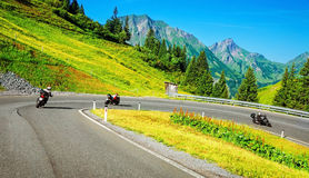 Den Motorbikers gruppen i bergigt turnerar Royaltyfri Foto