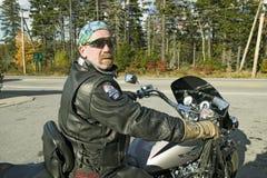 Den motorcykelHarley chauffören ser in i kameran, Acadianationalparken, Maine royaltyfri foto