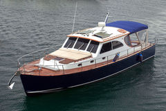 Den motoriska yachten på havet Royaltyfri Fotografi