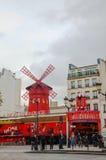 Den Moulin rougekabareten i Paris Royaltyfri Foto