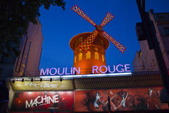 Den Moulin rougen på natten Fotografering för Bildbyråer