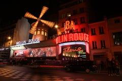 Den Moulin rougen på natten Royaltyfri Fotografi