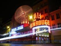 Den Moulin rougen på natten, Montmartre, Paris Arkivbilder