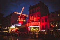 Den Moulin rougen vid natt Royaltyfria Foton