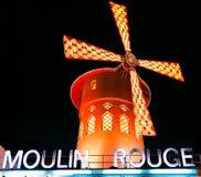 Den Moulin rougen vid natt, Paris Royaltyfria Foton