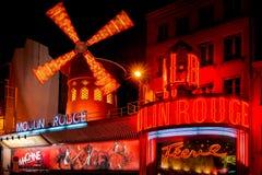Den Moulin rougen vid natt, Paris. Royaltyfri Bild